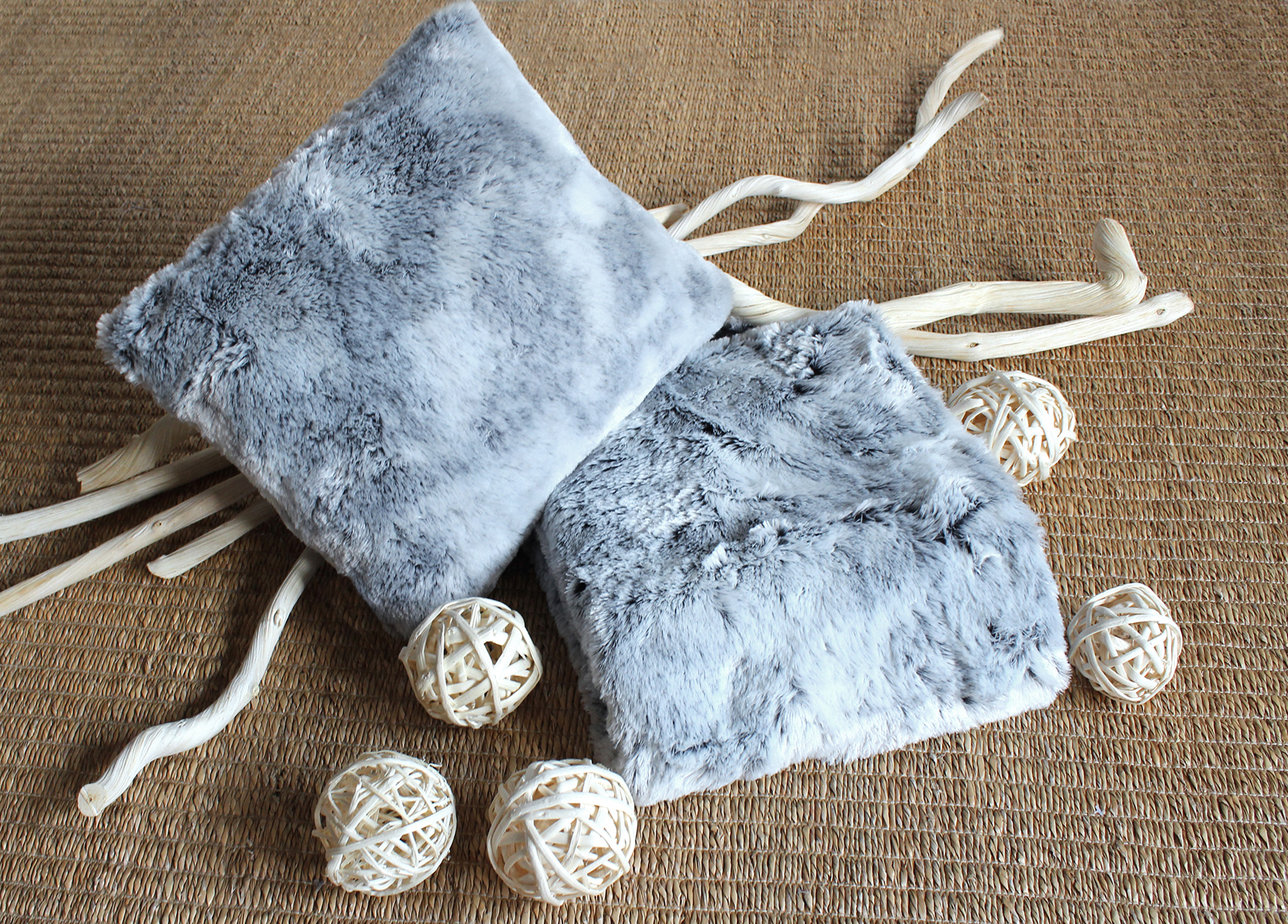 Coussin en fausse fourrure gris fonc homemaison - Housse de coussin fausse fourrure ...