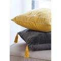 Coussin velours et pompons jaunes (Anthracite)