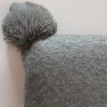 Coussin effet laineux à pompons (Anthracite)