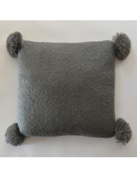 Coussin effet laineux à pompons